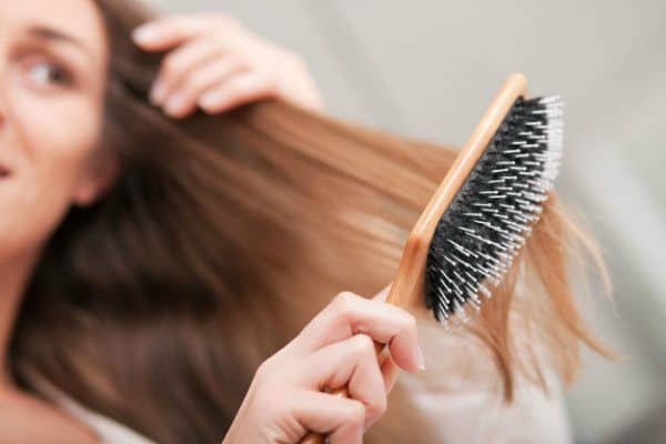 clean your hair brush with baking soda